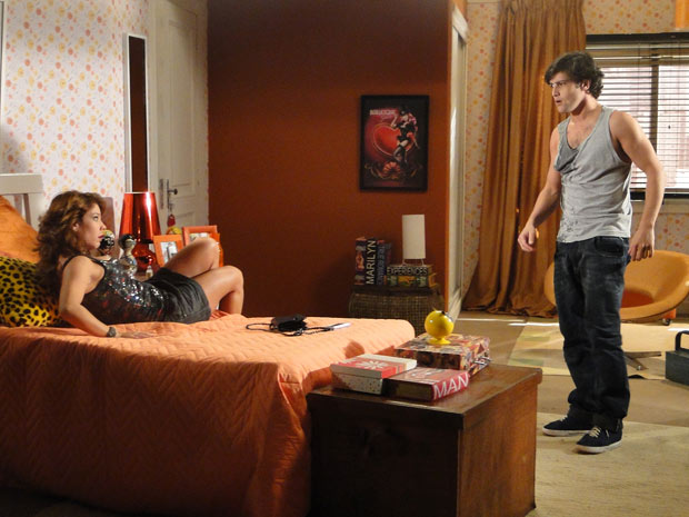Armandinho tenta se livrar dela e vai embora