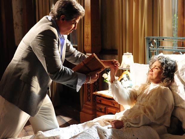 Em seus últimos minutos de vida, Antoninha segura forte a mão do filho