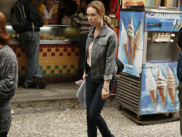 Clara bate perna nas ruas atrás de um emprego