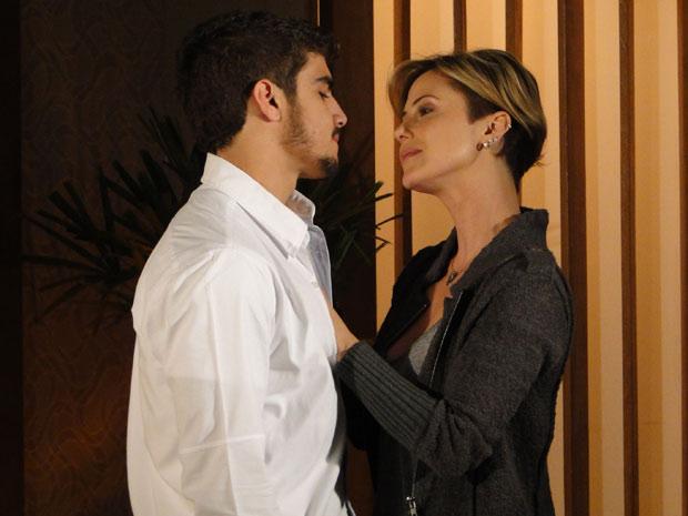 Luisa acaba convencendo Edgar a sair com ela
