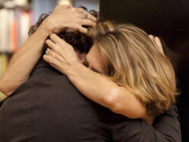 Stela e Agnello se beijam e saem dali para um motel