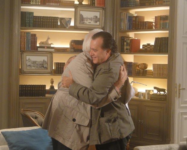 Totó descobre que é filho de Olavo e os dois se abraçam