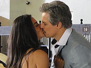 Fernando e Estela se beijam