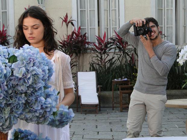 Edgar surpreende Marcela e pde para ela posar para as fotos do álbum de sua gravidez