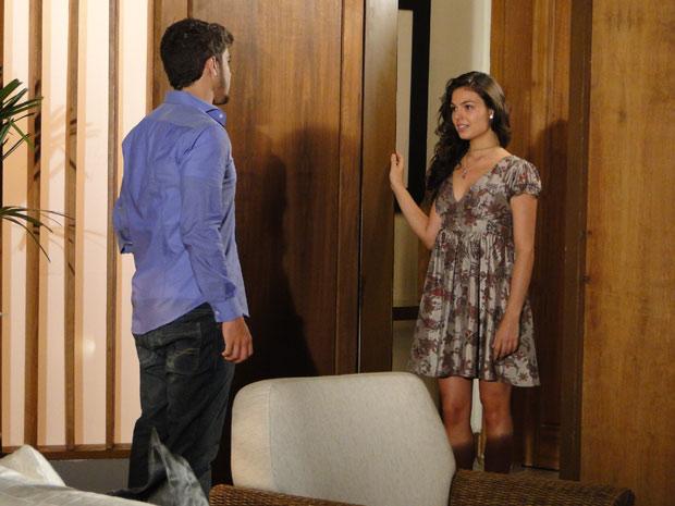 Marcela vai atrás de Edgar e pergunta se ele ainda quer ficar com ela