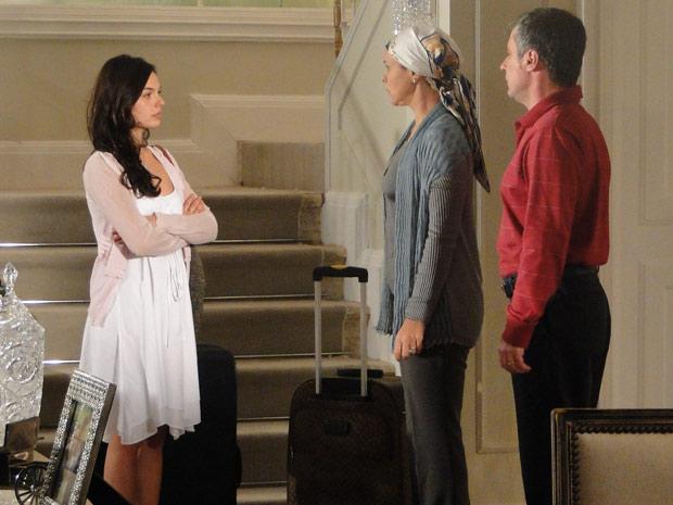 Marcela avisa Bruna e Gustavo que está saidno de casa