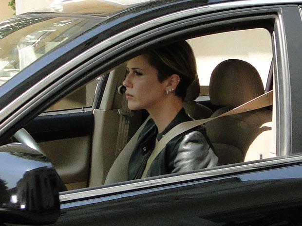 Luisa vê Marcela entrando no táxi com malas e estranha