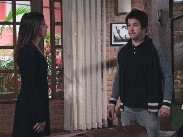 Suzana diz a Ari que pretende fazer uma entrevista com Victor Valentim