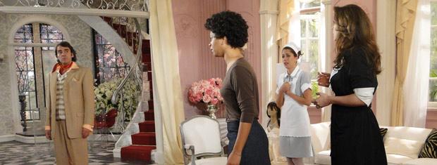 Jacques fica desconfiado de que Clotilde seja aliada de Valentim e demite a secretária