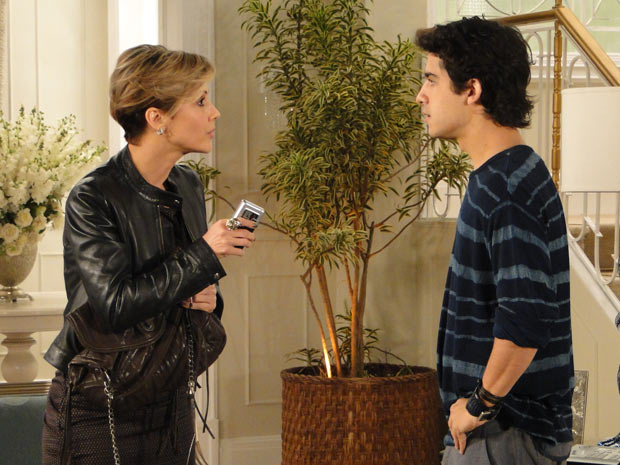 Luisa aproveita a situação para pressionar Julinho