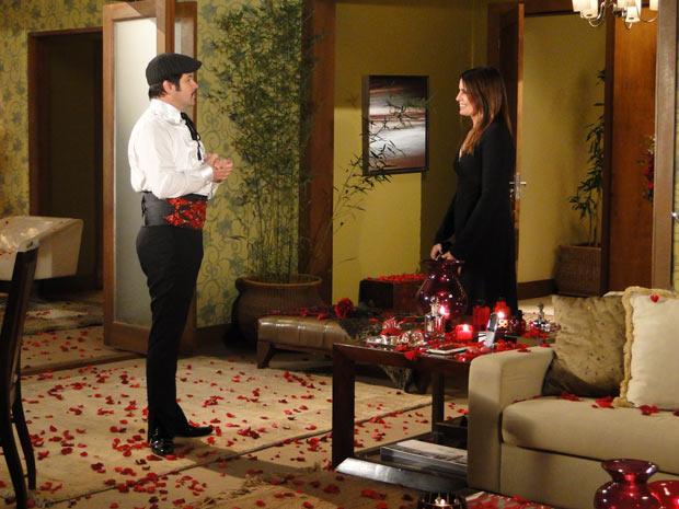 Suzana chega ao flat de Valentim e vê o ambiente decorado com flores e velas vermelhas