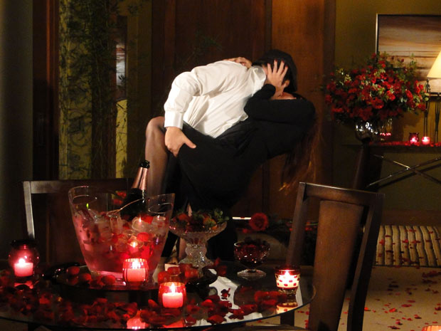 No final do tango, o espanhol joga Suzana para trás e tasca o maior beijão nela