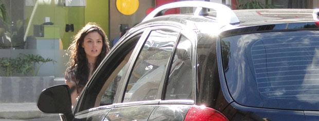 Luisa joga o carro em Marcela