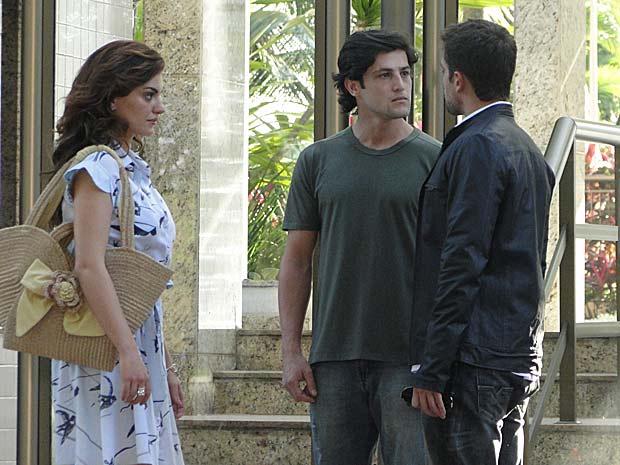 Armandinho pede para falar a sós com Desirée