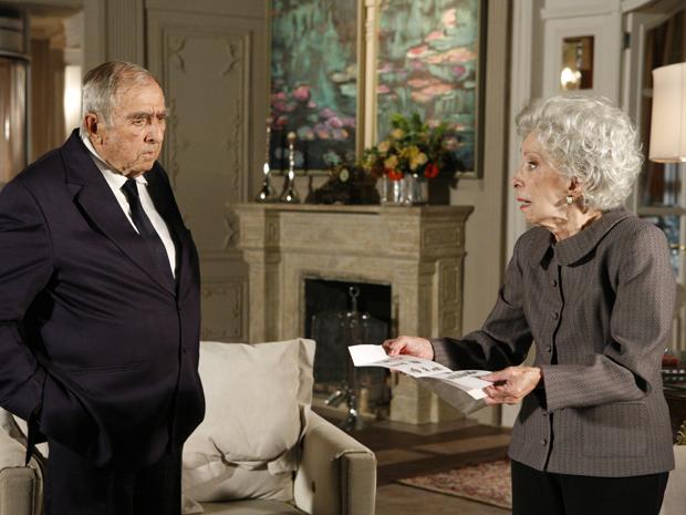 Brígida recebe uma carta nos mesmos moldes da que Bete recebe um dia antes