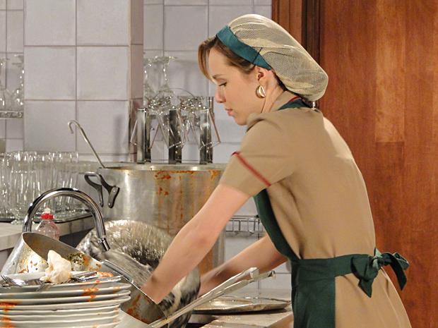 Clara respira fundo, mas começa a lavar a louça