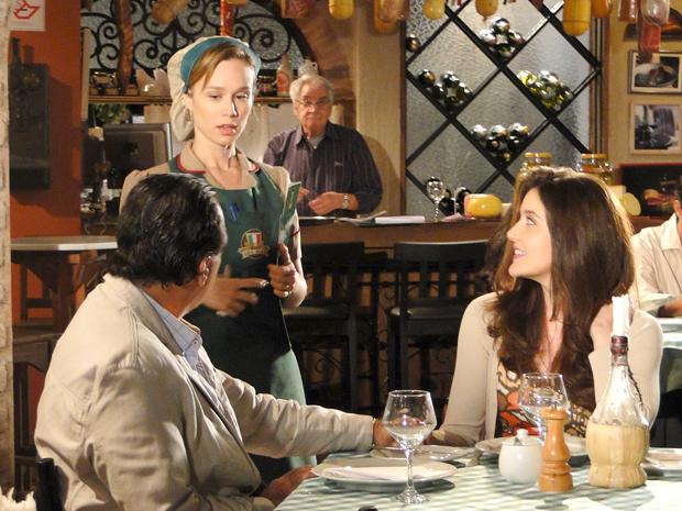 Clara se surpreende ao ver que o casal da mesa é Totó e Felícia