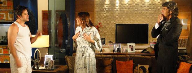 Suzana fica revoltada com Ari e pergunta como ele entrou na sua casa