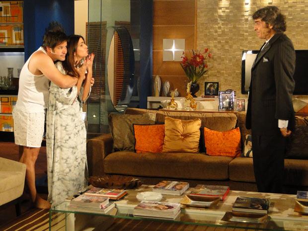 Ari abraça Suzana e diz a Jacques que os dois passaram a tarde juntos