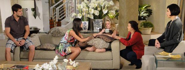 Amanda tenta convencer Camila de que tudo não passa de um mal-entendido