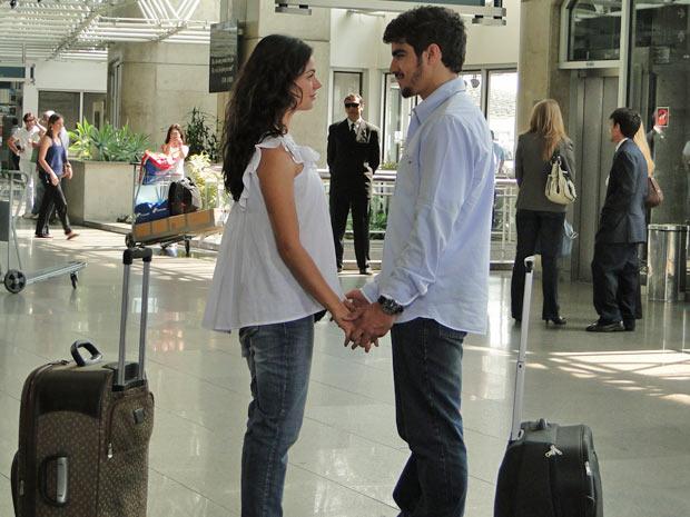 Edgar fica aliviado ao ver Marcela no aeroporto