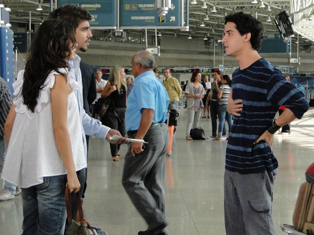 Quando eles estão prestes a embarcar, Julinho aparece no aeroporto e avisa que Bruna passou mal