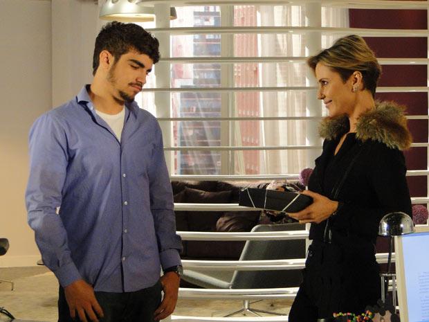 Luisa dá presente para Edgar