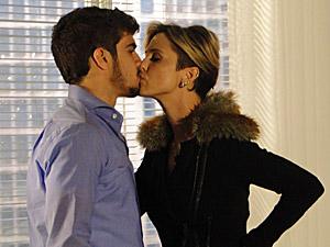 Antes de ir embora, ela dá um beijinho em Edgar