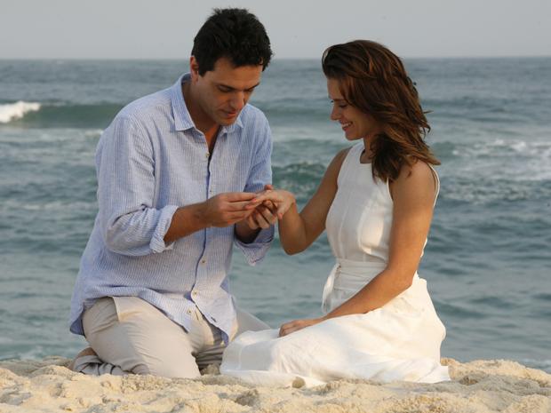 Mauro pede a Diana em casamento