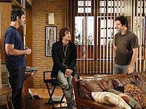 Luti conta as novidades do casamento para Ari e Chico