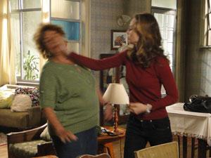 Clara dá bofetão em Valentina