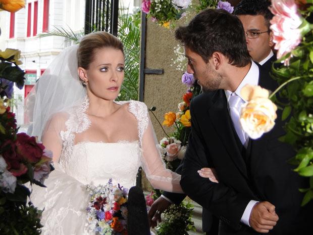 Ao entrar na igreja, Camila para e Jorgito fala para a irmã que ainda dá tempo de desistir de tudo