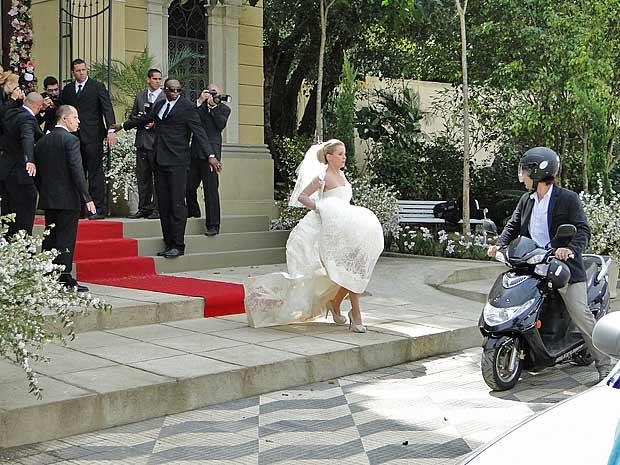 Camila sai correndo da igreja e e vê Luti chegando de moto