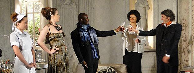Jacques fica feliz ao saber que Camila fugiu da igreja antes que todos pudessem ver o vestido de Valentim