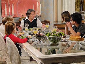 Jacques conta o que aconteceu no casamento de Camila para a família
