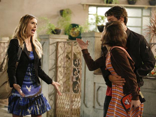 Mônica discute ao flagrar Fátima e Sinval