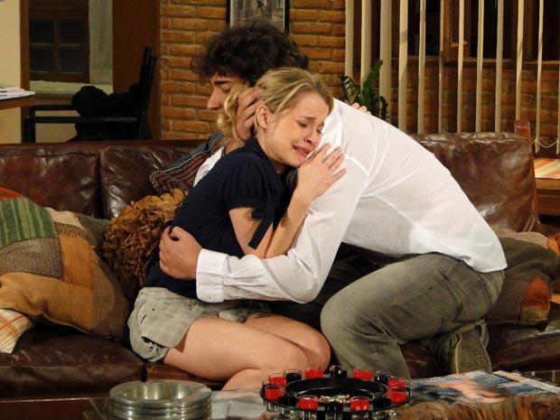 Camila se consola nos braços de Luti