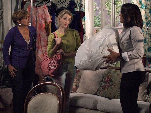 Camila devolve o vestido de noiva para Marta e Nicole