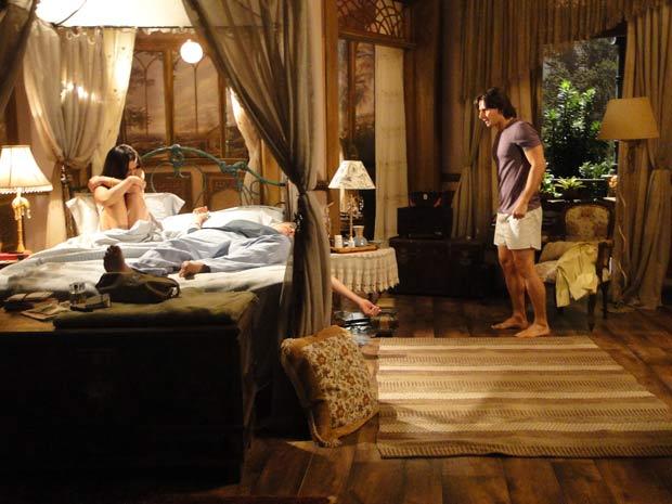 Solano entra no quarto atraído pelo grito de Estela