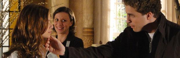 Constrangimento: Vitor anuncia noivado com Manuela.