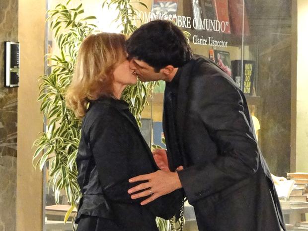 Fred sela o acordo com um beijo