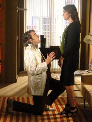 Ele se ajoelha aos pés de Suzana e se declara
