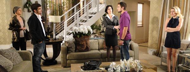Bruna chega com Edgar na casa de Rebeca e Jorgito reage mal