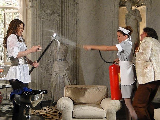 Rosário entra com um extintor e dá um banho em Jaqueline