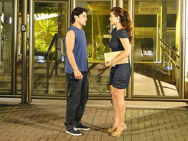 Armandinho chega antes de Jorgito e pede para conversar com Desirée
