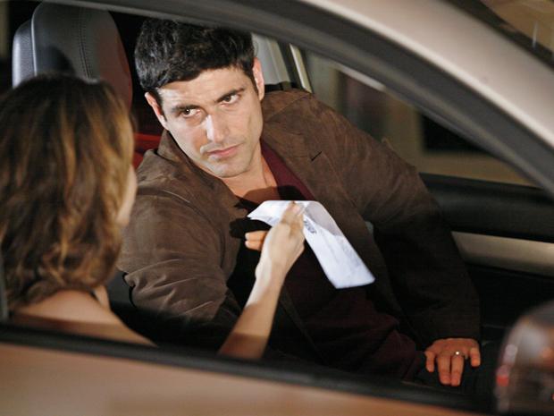 Clara mostra a intimação para depor sobre o assassinato de Eugênio