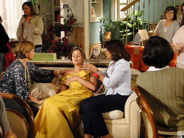 Stéfany desmaia e é socorrida por Marta e Nicole