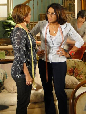 Marta fica desconfiada do enjoo, mas Nicole nem liga