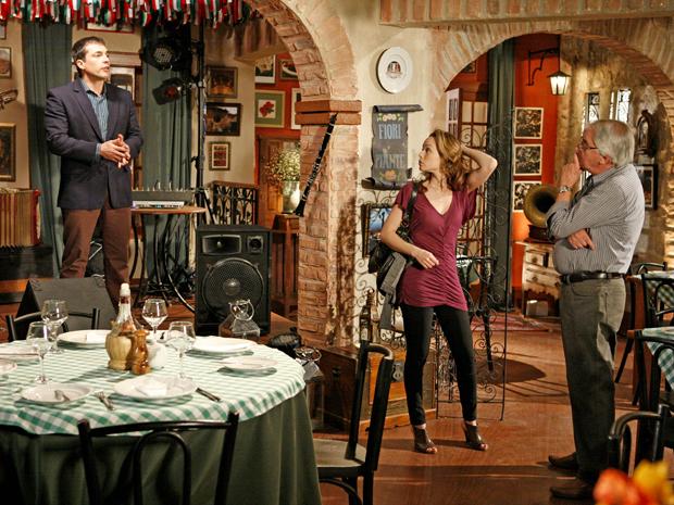 Clara se surpreende ao conhecer o novo funcionário da cantina: o bonitão Diogo
