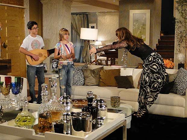 Jaqueline chega na casa de Jacques e pede um abraço à Mabi e Lipe